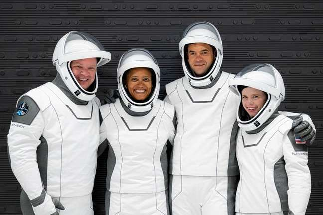 Chris Sembroski, Sian Proctor, Jared Isaacman e Hayley Arceneaux posam para foto com trajes especiais para ensaio de lançamento no Cabo Canaveral12/09/2021 Inspiration4/John Kraus/Divulgação via REUTERS