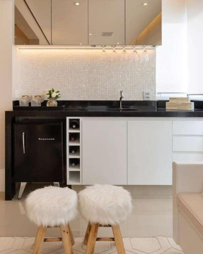 15. Cozinha com revestimento cor prata e branco combinando com armário suspenso espelhado – Foto Monise Rosa Arquitetura