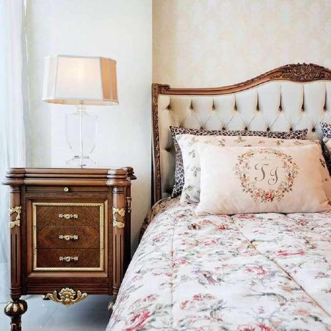 45. Decoração vintage para quarto com cabeceira almofadada casal – Foto: Alexandre Milhoem