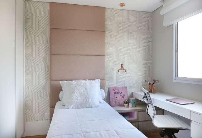 58. Quarto feminino pequeno decorado com papel de parede delicado e cabeceira almofadada rosa ate o teto – Foto: Belluzzo Martinhao