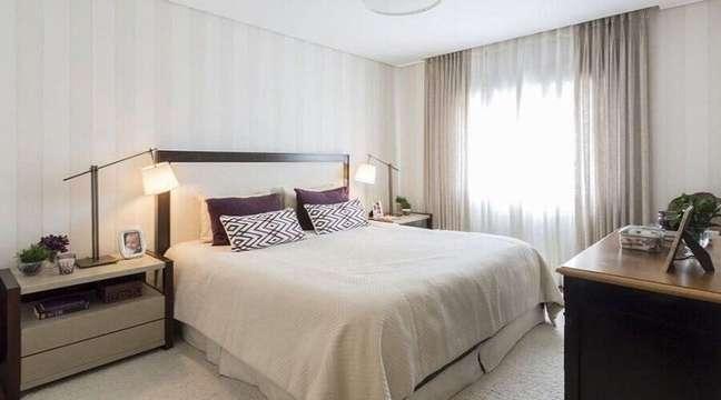 13. Cabeceira almofadada com detalhe em madeira para decoração de quarto de casal em cores neutras – Foto: Decor Fácil