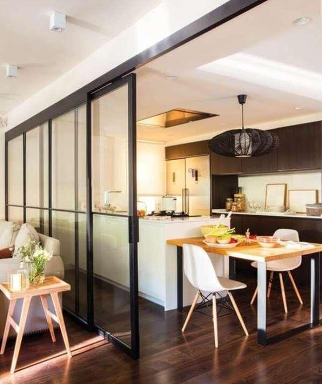4. As folhas de correr da porta de vidro para sala ajudam na divisão de ambientes. Fonte: El Mueble