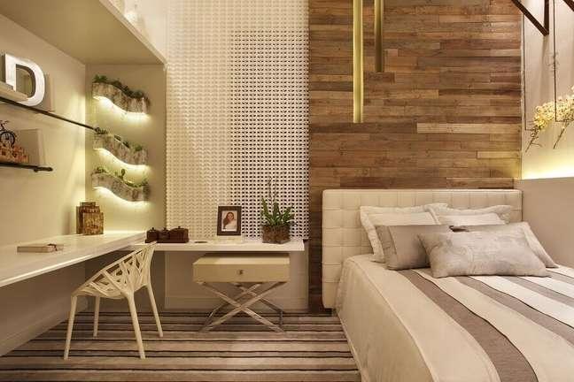 31. Cores neutras para quarto planejado com parede de madeira e cabeceira almofadada solteiro – Foto: Leila Dionizios