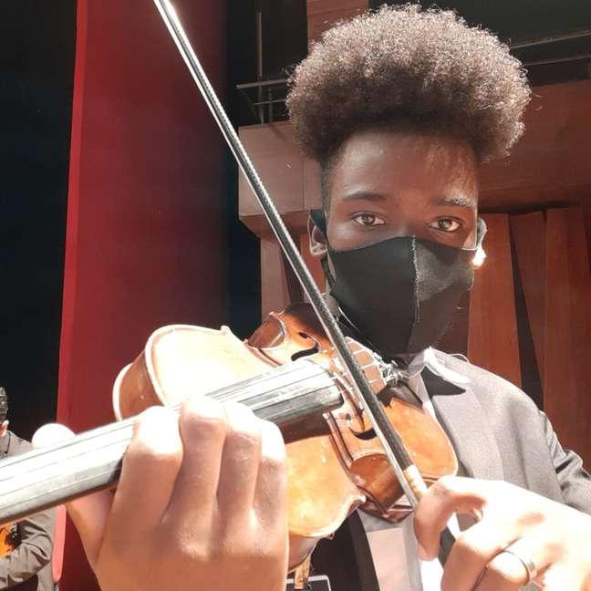 Jovem afirma ter encontrado um sentido para o seu futuro por meio das aulas de música em projeto social