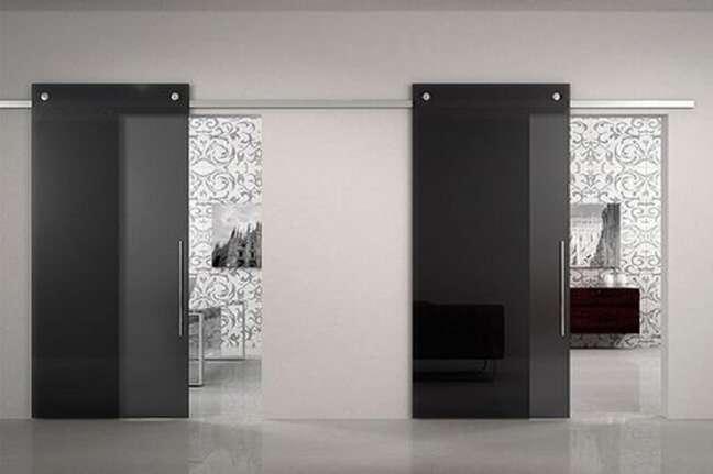 8. A porta de vidro fumê para sala ajuda a separar ambientes de quarto e banheiro. Fonte: Elegant Doors and Glass