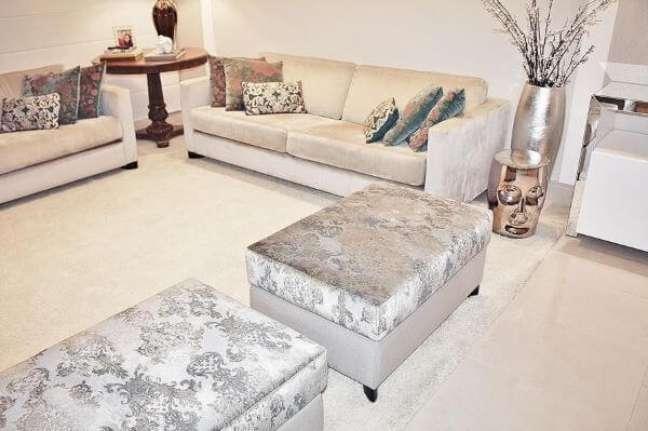 44. Sala de estar com puff cor prata e vasos prata brilhante – Foto Patricia Aguiar e Gustavo Petinati
