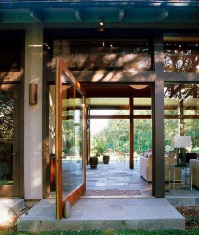 6. Casa de campo com porta de vidro para sala. Fonte: Charlie Bernett