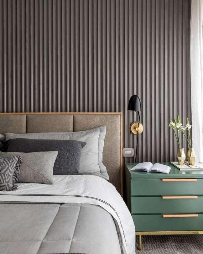 60. Quarto moderno decorado com parede ripada cinza e cabeceira almofadada casal – Foto: Triplex Arquitetura