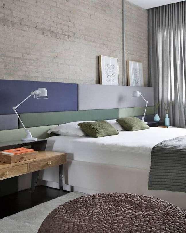 14. Cabeceira almofadada moderna para decoração de quarto com parede tijolinho – Foto: Round Square Arquitetura