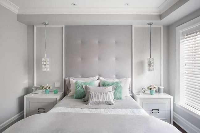 52. Quarto cinza claro decorado com luminária pendente e cabeceira almofadada planejada – Foto: Evolution Design
