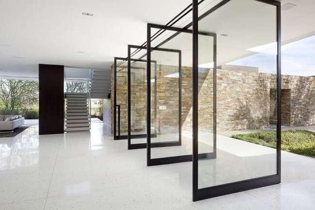 5. Você pode usar vários portas de vidro para sala pivotantes. Fonte: Casa Library