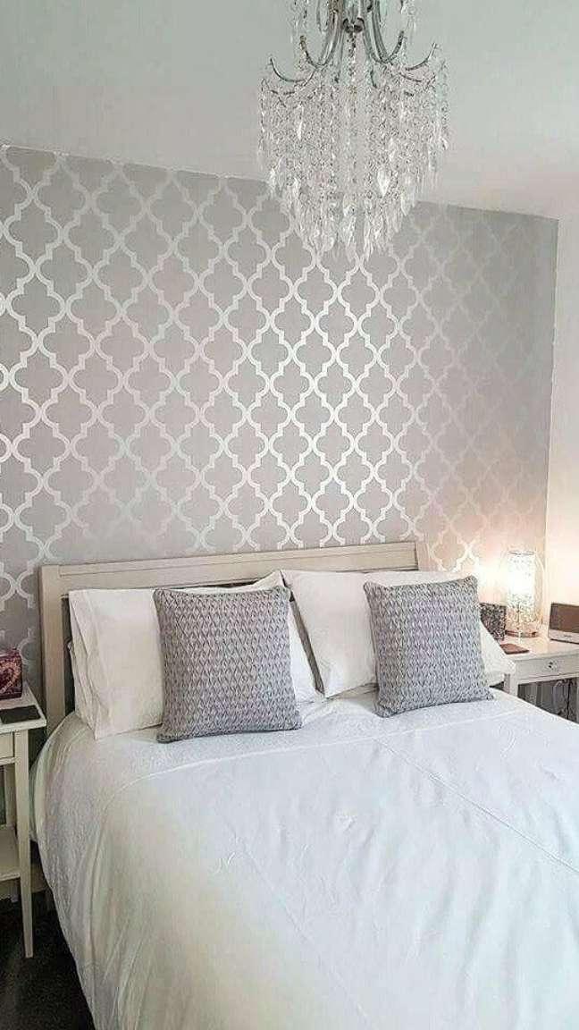 3. Quarto de casal com papel de parede cor prata – Foto