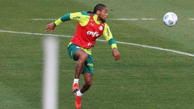 Luiz Adriano durante treinamento, na Academia de Futebol. (Foto: Cesar Greco)