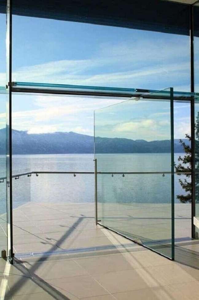 18. A porta de vidro para sala se mistura com a paisagem externa. Fonte: Mimarobot