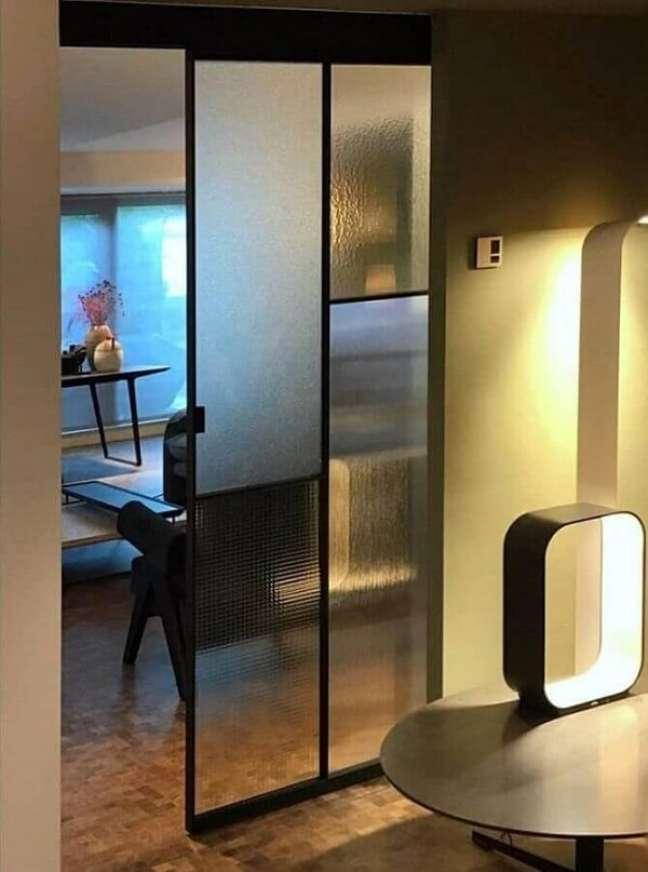32. Os adesivos para porta de vidro sala são uma ótima alternativa na decoração. Fonte: Glass Italia