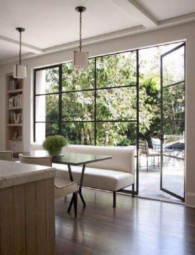 47. Portas de ferro com vidro para sala com esquadrias traz um charme para a decoração. Fonte: Houzz