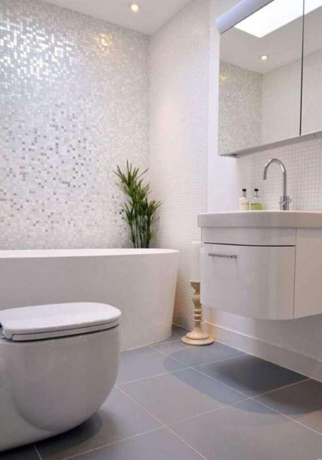 10. Banheiro com revestimento cor prata e branco – Foto Kia Designs Modern