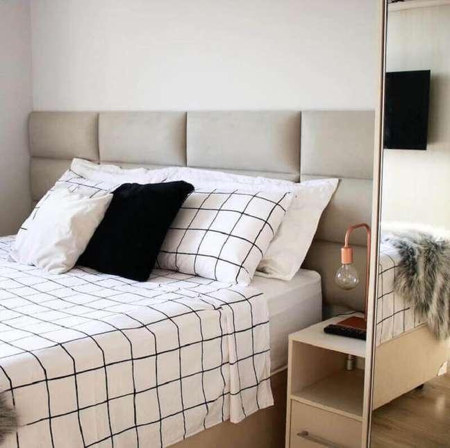 3. Cores claras para quarto decorado com cabeceira de casal almofadada – Foto: Apartamento 164