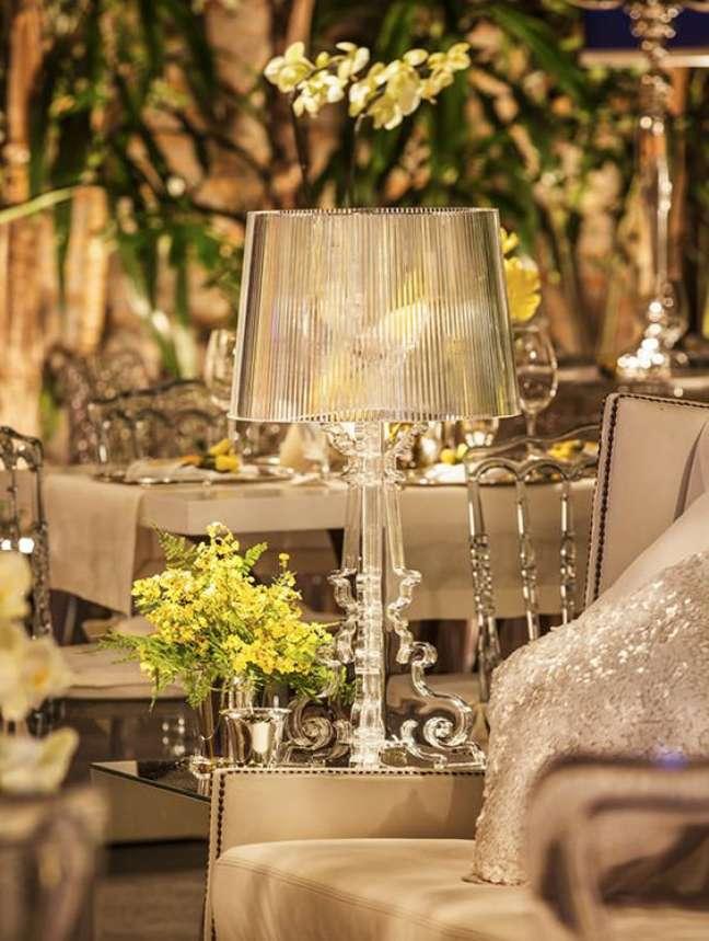 38. Sala clássica com abajur cor prata – Foto Douglas Daniel