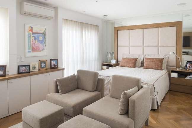 20. Cabeceira de casal almofadada para quarto grande decorado com cores claras – Foto: Gustavo Motta