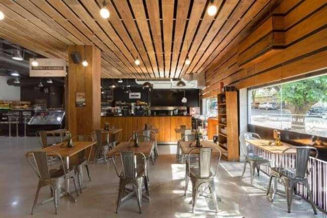 34. Restaurante com cadeiras na cor prata e mesas de madeira – Foto Daniela Carvalho