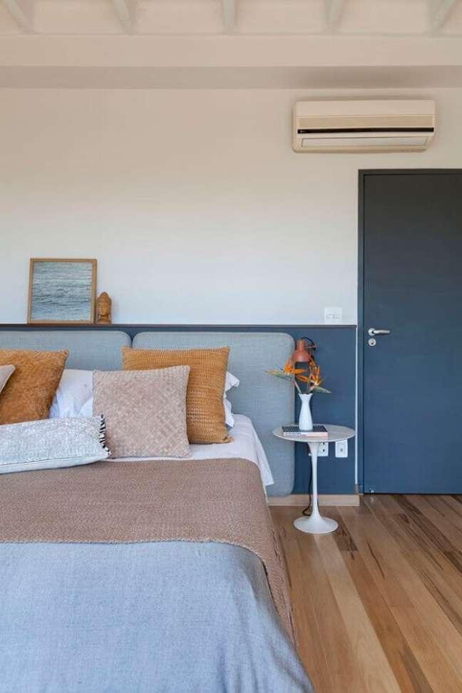42. Decoração simples para quarto azul e branco com cabeceira de casal almofadada – Foto: Julia Ribeiro