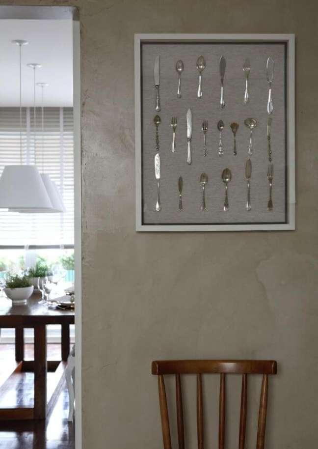 28. Quadro com talheres de prata na parede – Foto Caroline Gabriades