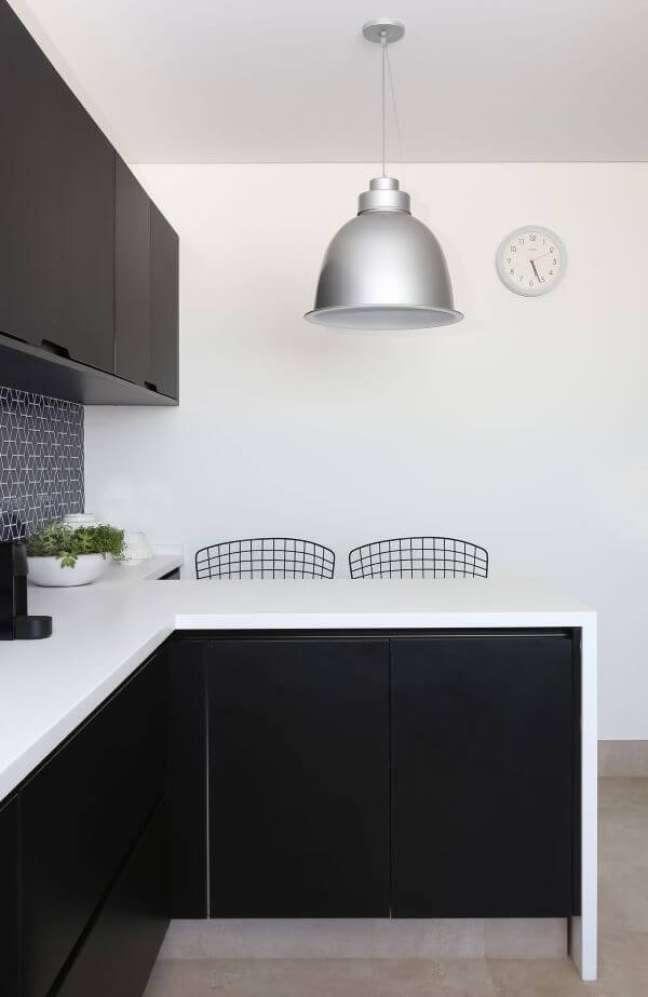 16. Cozinha em preto e branco com lustre na cor prata – Foto Start Arquitetura
