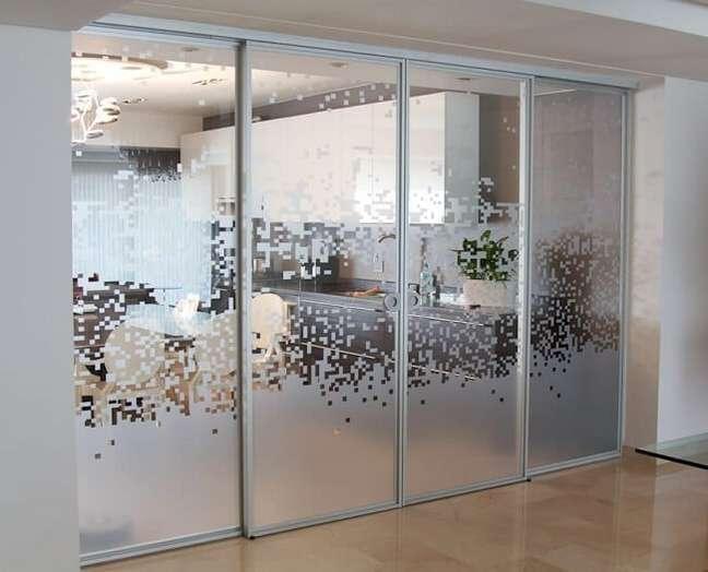 31. Os adesivos para porta de vidro sala podem trazem uma nova perspectiva para a decoração. Fonte: Homify