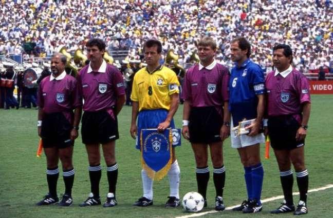 Baresi, capitão da Itália na Copa de 1994, ao lado de Dunga antes da final daquele Mundial