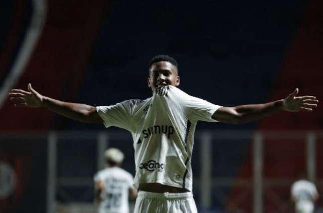 Ângelo está na briga por vaga na equipe titular do Santos diante do Ceará (Foto: Natacha Pisarenko / AFP / POOL)