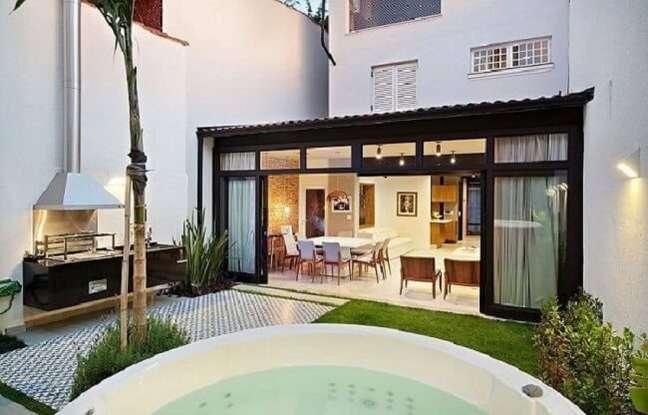 10. A porta de vidro de correr para sala quando aberta integra a área externa. Fonte: ODVO Arquitetura