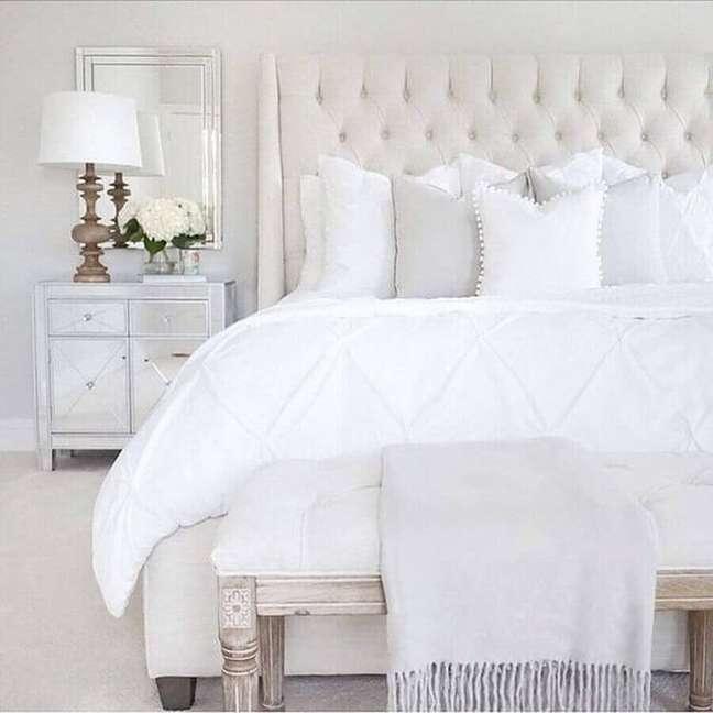 33. Decoração clássica para quarto branco com cabeceira almofadada casal capitonê – Foto: HomisHome