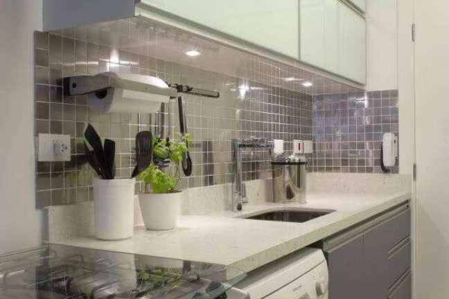 7. Cozinha com revestimento cor prata – Foto Semiramis Alice Arquitetura e Design
