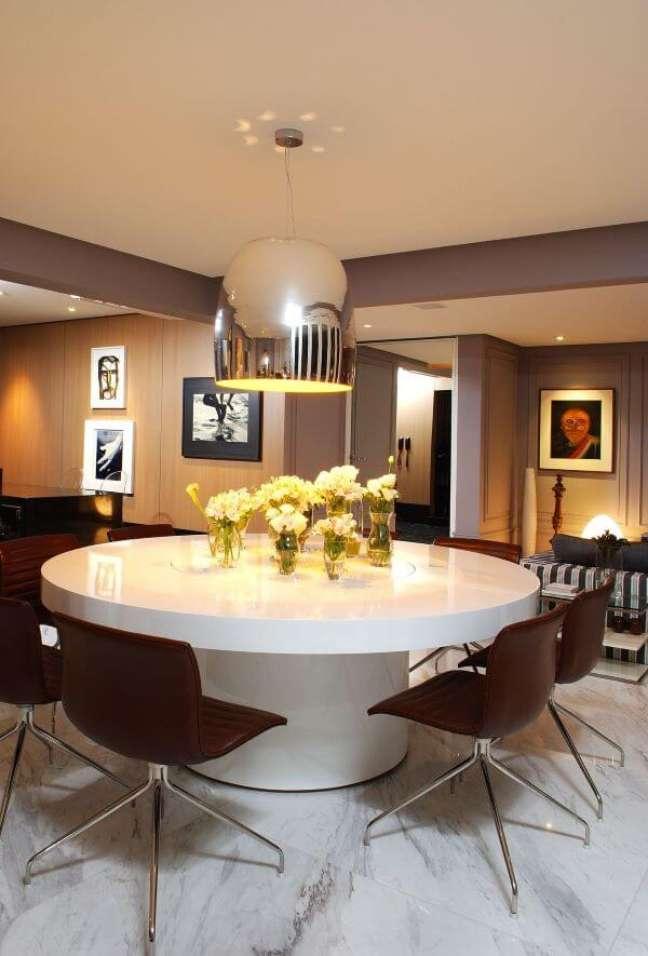 46. Sala de jantar moderna com lustre na cor prata brilhante – Foto Marlon Gama