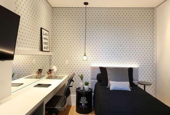 30. Cama com cabeceira almofadada solteiro para quarto decorado com papel de parede delicado – Foto: Belluzzo Martinhao