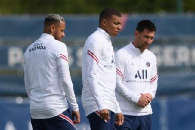 Neymar, Mbappé e Messi entram em campo pelo PSG (Foto: FRANCK FIFE / AFP)
