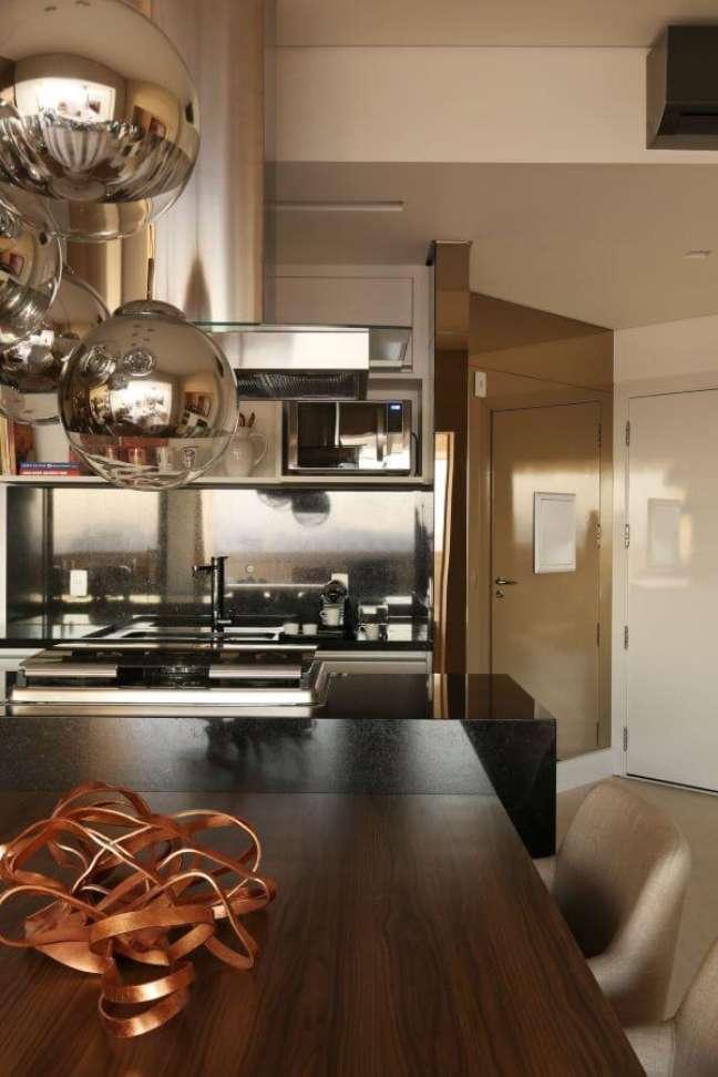 14. Cozinha com diferentes tipos de cor prata na decoração -Foto Chris Silveira e Arquitetos Associados