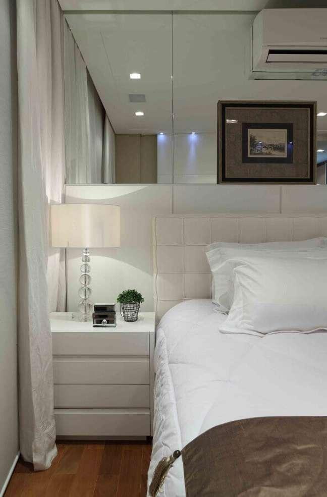 48. Parede espelhada para quarto branco decorado com cabeceira almofadada – Foto: Decor Fácil