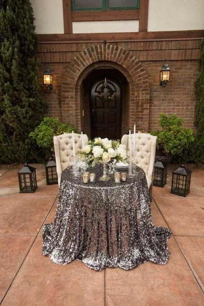 5. Mesa de jantar chique com toalha na cor prata – Foto The Memory Journalist