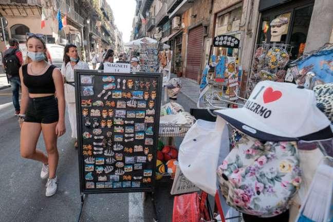 Movimentação no centro histórico de Palermo, sul da Itália