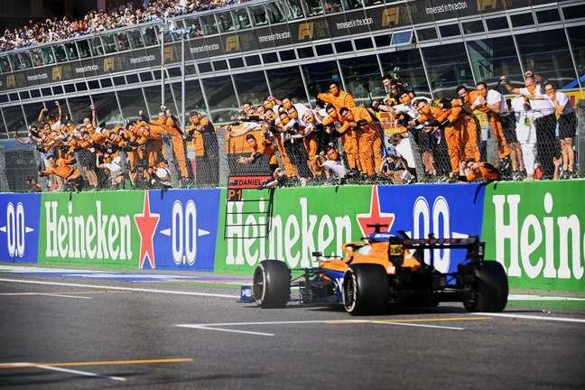 Festa da McLaren ao ver Daniel Ricciardo vencer o GP da Itália, quebrando um jejum que durava desde 2012