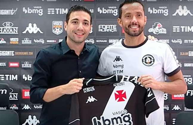 Alexandre Pássaro entregou a camisa número 77 a Nenê, que volta ao Vasco (Foto: Reprodução/Youtube)