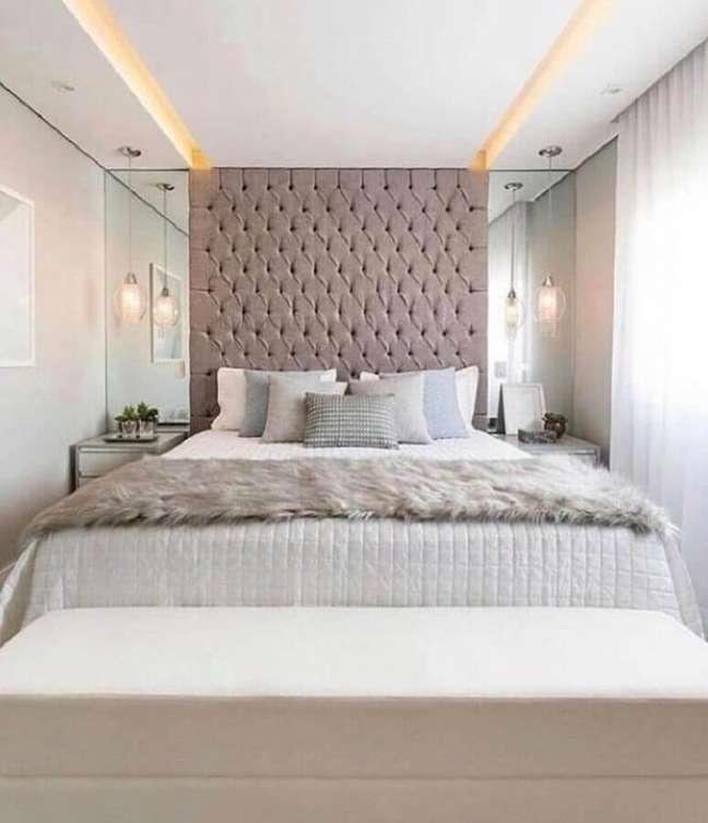 21. Cabeceira de casal almofadada planejada para decoração de quarto branco com parede espelhada – Foto: MSanches Interiores