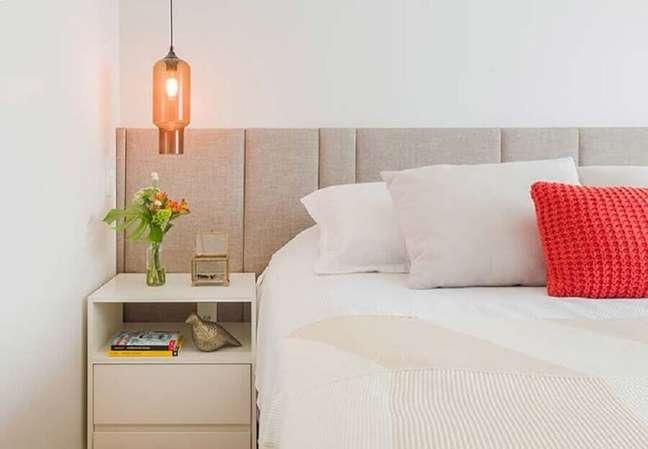 1. Cabeceira de cama almofadada cinza claro para quarto branco decorado com luminária de vidro – Foto: Duda Senna