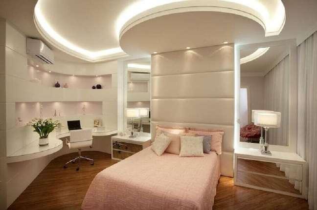 40. Decoração de quarto feminino planejado com parede espelhada e cabeceira almofadada – Foto: Aquiles Nicolas Kilaris