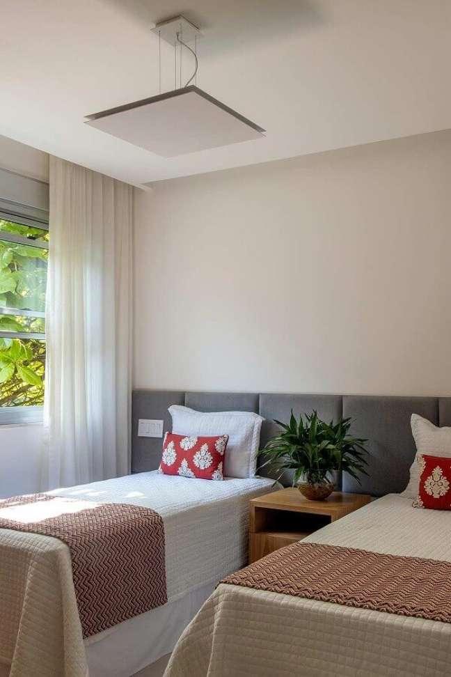 28. Cama com cabeceira almofadada para decoração de quarto de solteiro compartilhado – Foto: Mauricio Nobrega Arquitetura