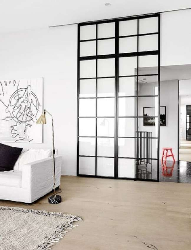 16. A porta de vidro para sala se encaixa perfeitamente na decoração do ambiente. Fonte: Decor Fácil