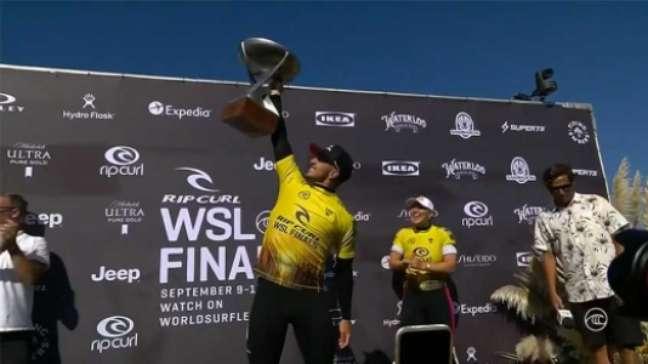 Medina ergue o troféu. Brasileiro agora é tricampeão Mundial (Foto: Reprodução / WSL)