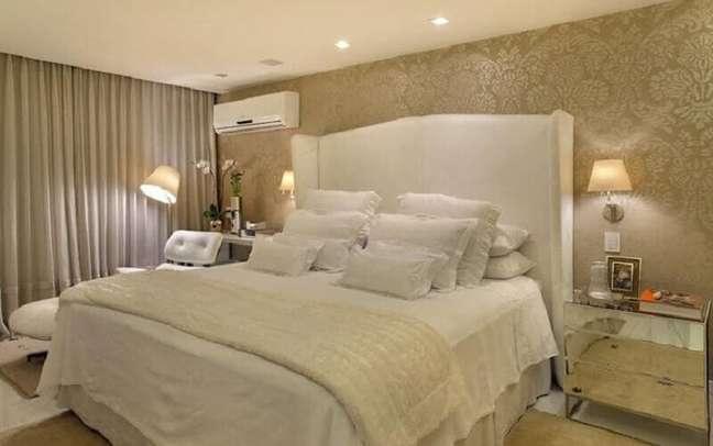 44. Decoração sofisticada para quarto bege clássico com cabeceira almofadada branca – Foto: Roberta Devisate